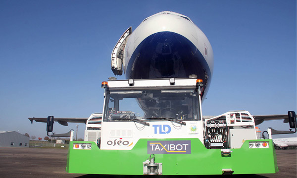 Air France s�essaie au TaxiBot, le tracteur avion d�IAI et TLD