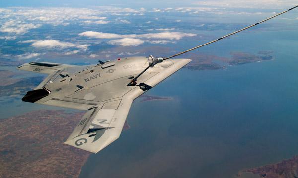 Le X-47B, premier drone � r�ussir un ravitaillement en vol