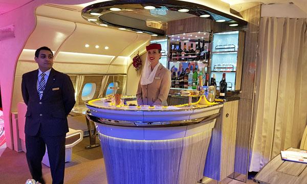 Emirates présente le nouveau bar de ses A380