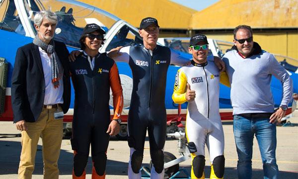 Yves Rossy vole en Jetpack avec la Patrouille de France — Impressionnant