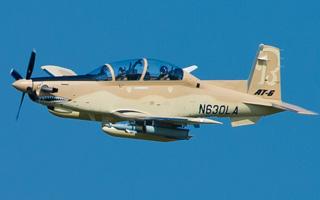 Premier vol de l'AT-6 de série pour Beechcraft