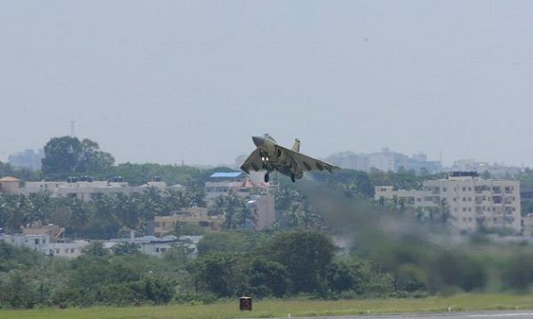 HAL : le premier Tejas de série décolle à Bangalore
