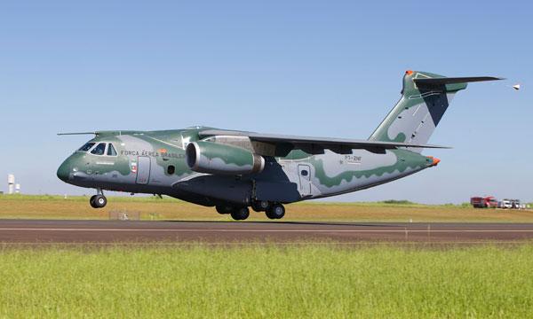Premier vol r ussi pour le kc 390 d 39 embraer avec for Salon aviation bourget