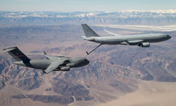 Un KC-30A ravitaille un C-17