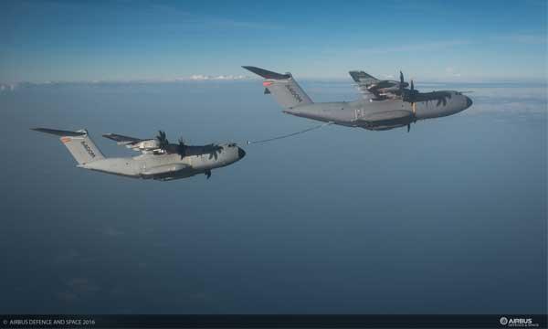 Photo : Essais de ravitaillement entre deux A400M