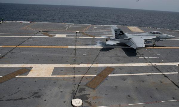 Premières manoeuvres aériennes à bord de l'USS Gerald Ford
