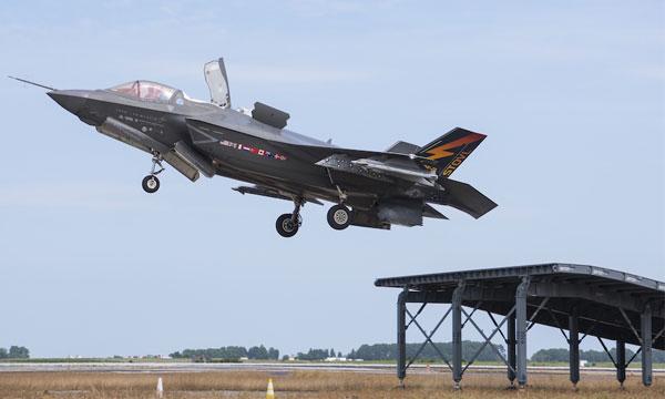 Le F-35B prêt à apponter sur le Queen Elizabeth