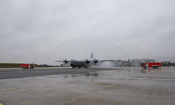 Le premier C-130J français se pose à Orléans