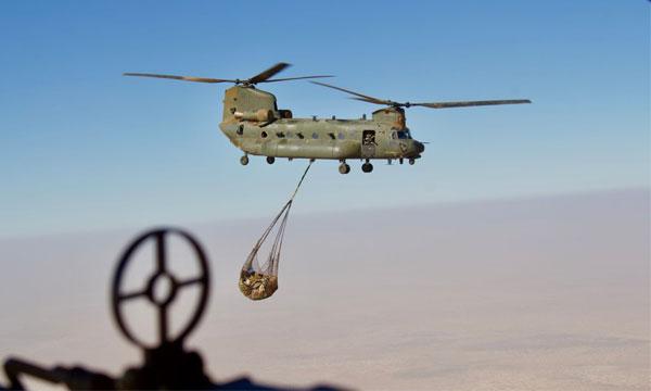 L'hélicoptère lourd en toile de fond des opérations