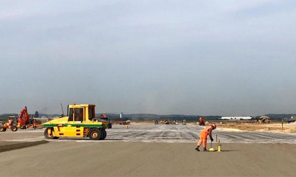 La reconstruction de la piste 3 d'Orly, un gigantesque chantier de 120 millions d'euros