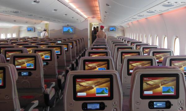 Emirates juge irréaliste la distanciation physique à bord des avions